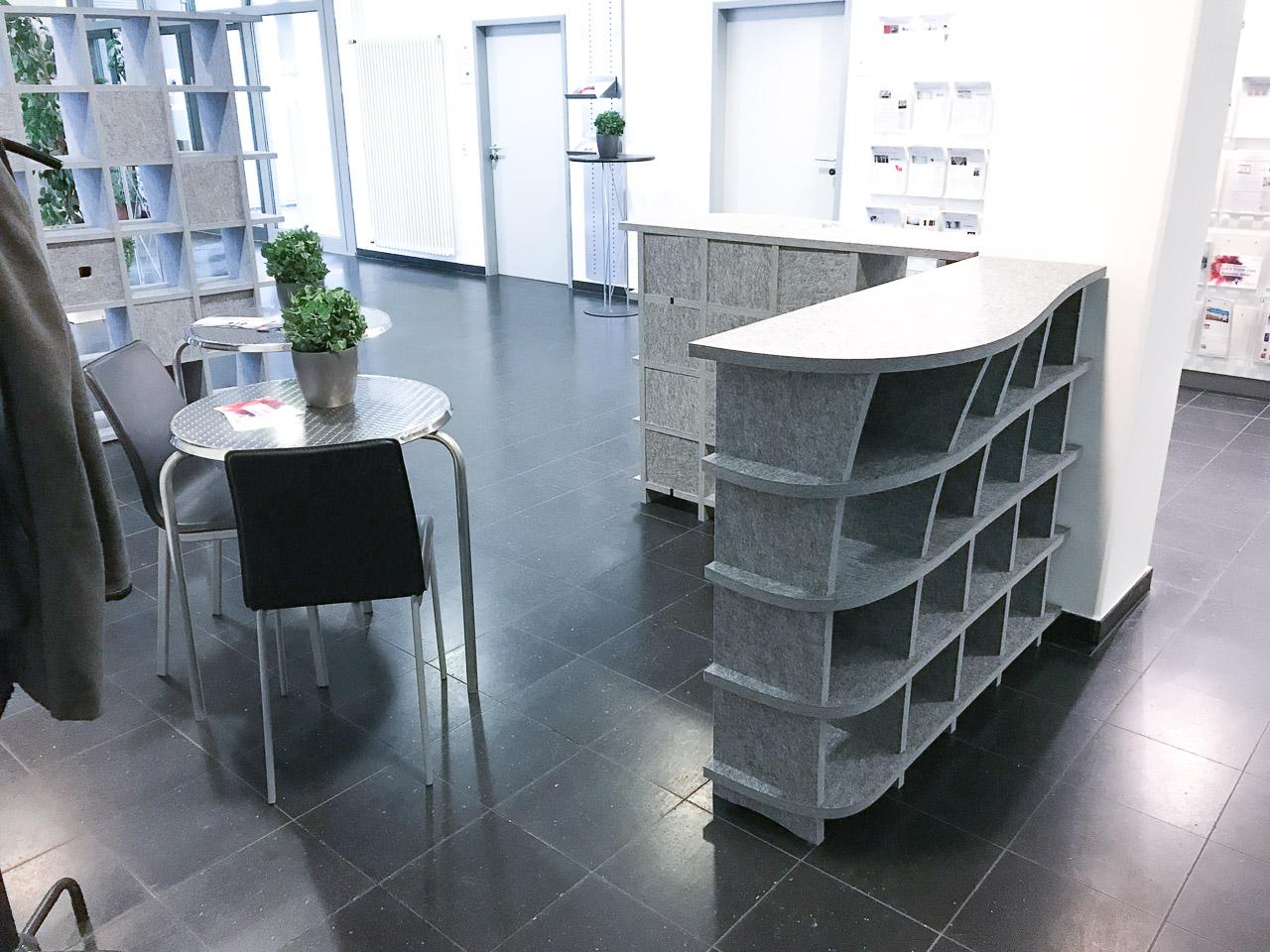 Akustikmöbel von AkustikKompetenz stehen fertig aufgebaut in einem Eingangsbereich eines Büros und vermindern Lärm.