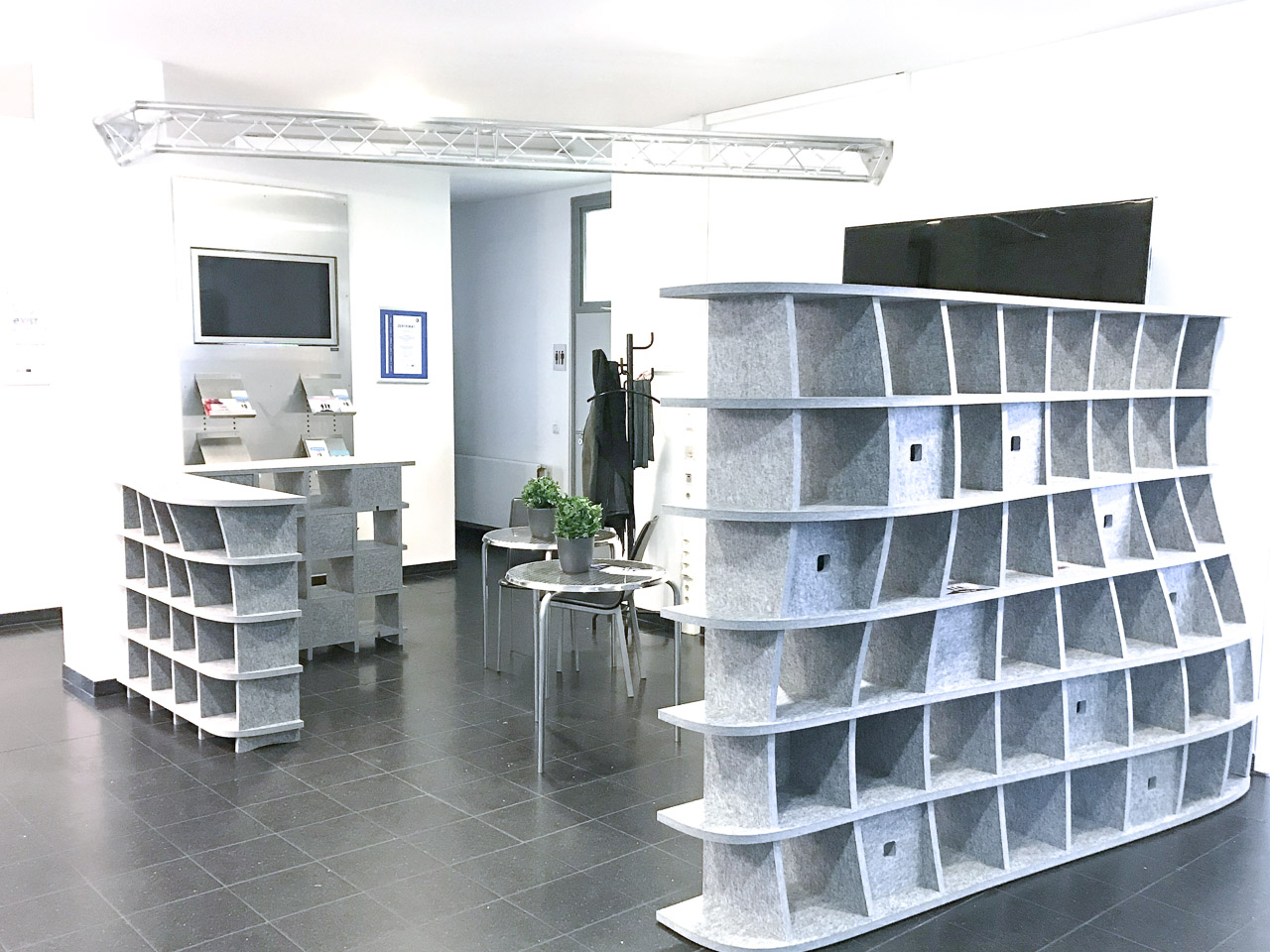 Akustikmöbel von AkustikKompetenz stehen fertig aufgebaut in einem Eingangsbereich eines Büros.