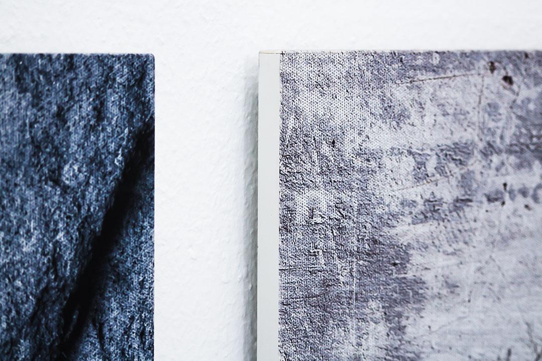 Die Befestigung von Akustikbilder als designvoller Lärmschutz an der Wand mit eigenen Motiven und Fotos nach individuellen Maßen an der Wand.