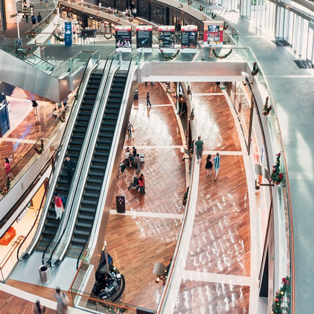 Akustiksegel Textil in großen Einkaufszentren, Kaufhäusern und Mals als stilvoller Lärmschutz an der Decke.